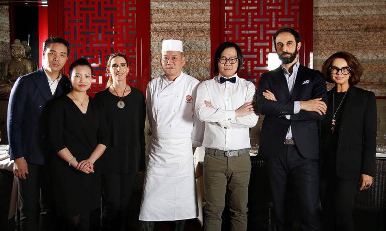 Lo staff del Bon Wei: al centro lo chef Guoqing Zhangcon il figlioLe Zhang, che governa la sala. Ai loro lati la giornalista Mirta Oregna e il professor Francesco Boggio Ferraris, responsabile della Scuola di Formazione Permanente della Fondazione Italia Cina