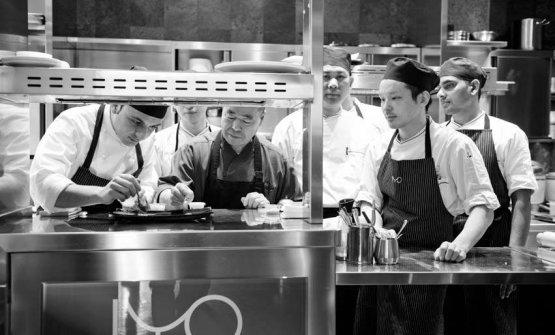 Al lavoro nella cucina di Iyo