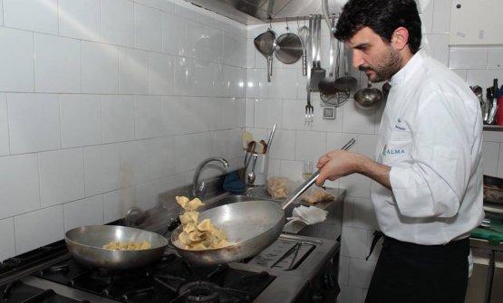 Giovanni Arvonio, 31 anni, al lavoro nella cucina del suo ristorante