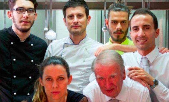 Nello staff del Pepe Nerosi riconoscono lo chefMirko Giannoni (in alto, secondo da sinistra), la moglie Sara (sommelier, in basso) e il papàMarino(maitre, in basso)