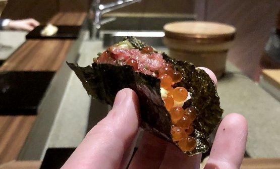 Temaki di alga croccante, l'interno è di tonno - varie parti - battuto al coltello e condito con soia, wasabi, uova di salmone. Buonissimo,una delizia