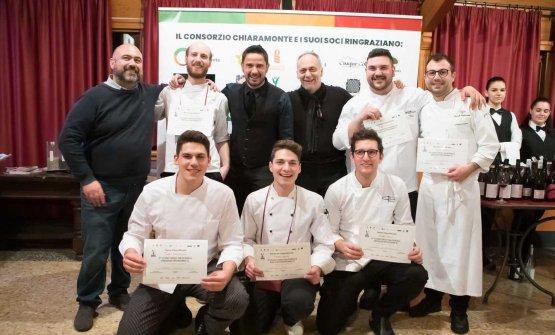 I giovani chef con Mario Molè, presidente delConsorzio Chiaramonte, Tintoe Marcello Leoni (sono i tre vestiti di scuro, in piedi da sinistra)