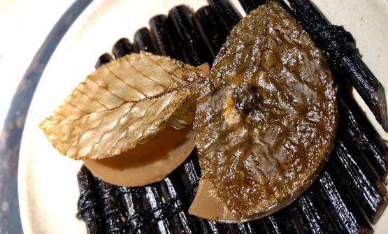 Chestnut dumplings Dumpling di castagna. Da un impasto d'acquae castagne frullate, ridotto a bagnomaria, si ottiene una pasta gommosa, battuta al mortaio alla maniera del mochi della cucinagiapponese.Steso fino, coppato, è unito a un ripieno di latte di noci, pesto di erbe e tartufo. C'è una parte croccante ottenutada pelle di brodo d'anatra disidratato ereso croccante da foglie di faggio sottaceto. I dumpling sono serviti su stecchi diribes nero