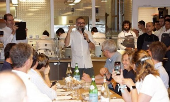 Massimo Bottura in una foto di qualche tempo fa, al Refettorio Ambrosiano