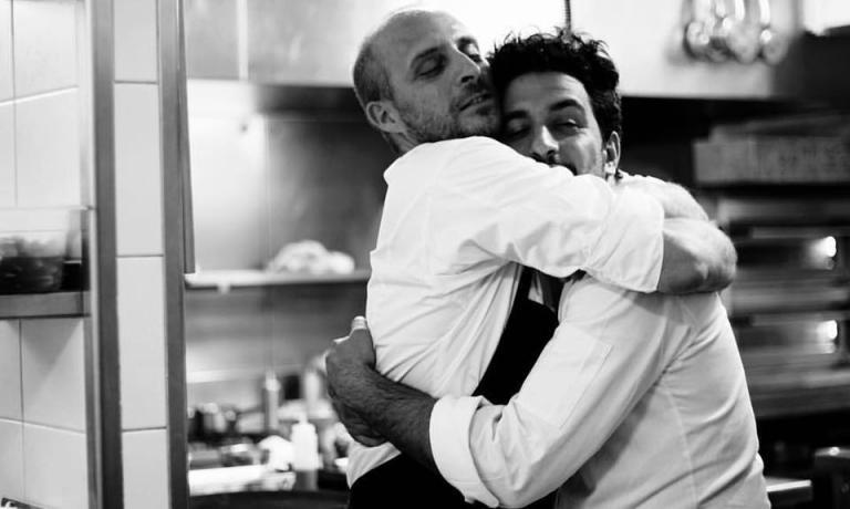 In questasplendida foto diMickaël A. Bandassak, l'abbraccio di due grandi amici: Giovanni Passerini, a sinistra, e Simone Tondo hanno recentemente aperto i loro nuovi ristoranti parigini. Entrambi con due insegne che portano semplicemente il loro cognome. Ma non sono le sole novità che parlano italiano in riva alla Senna