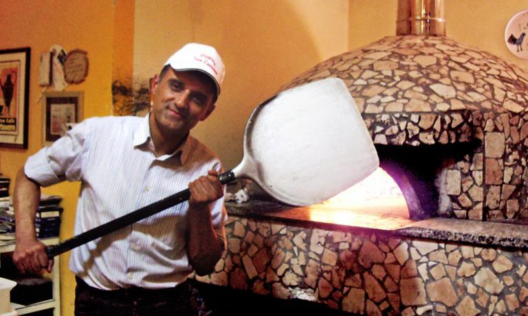 Marco Amoriello, classe 1966, nel forno della Pizz