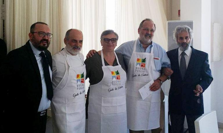 Paolo Marchi con due dei fondatori dell'associazione Buona Puglia, Francesco Nacci (a sinistra) e Lello Lacerenza (a destra), insieme a Corrado Assenza e Maria Cicorella