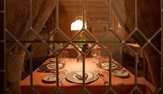Questa finestra, che mostra uno dei tavoli del ristoranteSchöneck, ci introduce anche alla seconda parte della selezione dei migliori indirizzi altoatesini