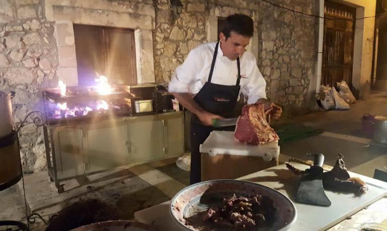 Allo standdel ristorante La Corte di Eolo, che proponeval'ottima carne locale sia alla griglia che in forma di bollito (realizzato seguendo una ricetta tradizionale della zona)