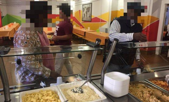 In coda per il pranzo nella mensa colorata di Arca in via Mambretti