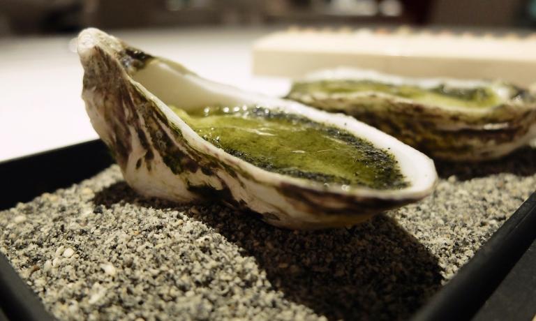 Ostriche all'inizio, ostriche alla fine. Ostrica con alghe, pan di Spagna speziato e limone