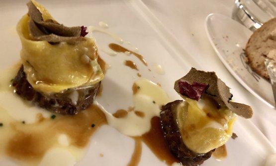 Agnolotti ripieni di ciplla fondente, coda di bue sotto, salsa al pecorino, tartufo e sedano croccante. Gusto, gusto, gusto
