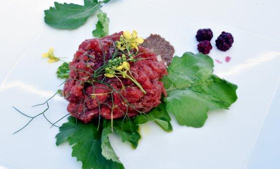 La tartare di Bonetta dell'Oglio con carne biologica (frollatura di 40 giorni), miele di ape nera sicula, more fermentate ed erbe spontanee, più senape siciliana fatta in casa