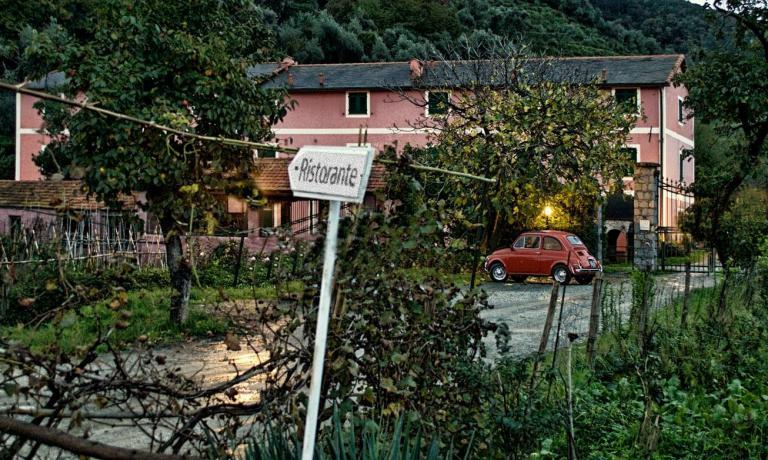 L'Osteria Cantine Cattaneo si trova poco fuori il centro di Sestri Levante, immersa nel verde