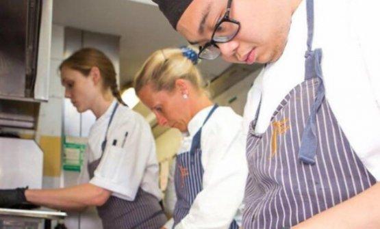 Xiao Fengin cucina al ristorante Borgo San Jacopo di Firenze, al fianco della sua ex-docente,Loretta Fanella. Xiao è stato infatti un allievo di Arte del Convivio - Convivium Lab, che a partire dal 13 settembre prossimolancia un nuovo corso di pasticceria professionale per la ristorazione, articolato in 90 ore di laboratorio, dedicate alle tecniche teorico-pratiche, in classi formate al massimo da 8 persone. E inoltre gli allievi del corso avranno la possibilità di fare da 3 a 6 mesi di tirocinio pratico presso alcuni fra i migliori ristoranti di Milano e dintorni