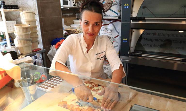 Petra Antolini, insieme al marito Lorenzo, ha aperto la sua prima pizzeria nel 2010, Settimo Cielo. Da agosto 2016 ha avviato anche una seconda attività, Casa Petra, dedicata sempre alla pizza, ma in questo caso d'asporto, stesso paese nel Veronese, Settimo di Pescantina, stessa via, via Antonio Bertoldi, ma al numero civico 32. Cambia il numero di telefono: +39.347.8732984. Il pezzo è uscito in anteprima perIdentità di Pizza, la newsletter cheIdentità Golosededicaal mondo dei lievitati. Per riceverla regolarmente (e gratuitamente)basta iscriversi qui