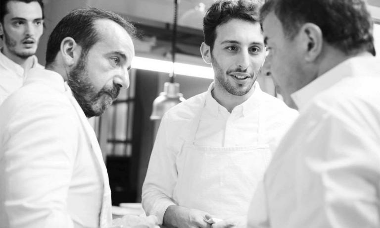 23 maggio 2016: a pochi mesi dall'apertura di Bros,Martin Berasategui (in foto a destra), viene a cucinare daidue suoi allievi prediletti (al centro, Floriano Pellegrino). A sinistra c'è ancheJosebaLezama, executive chef con Martin a Lasarte da 27 anni