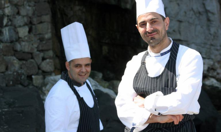 Lo chef del BikiniDomenico De Simone,dietro di lui il suo sous chef Antonino De Simone