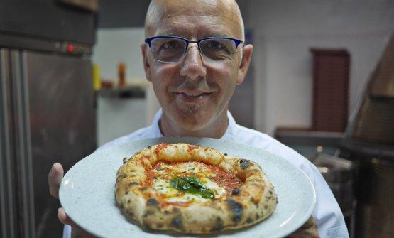 Franco Pepe in una foto di Daniel Young. Il critico gastronomico americano ha la responsabilità di aver fatto conoscere nel mondo il pizzaiolo di Caiazzo, indicandolo in un suo libro come il migliore di tutti