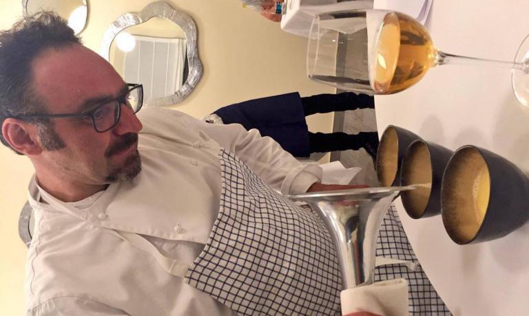 Paolo Lopriorearriva al tavolo armato di vaporiera: versa un composto di burro e gin che arricchirà un'impepata di cozze sui generis