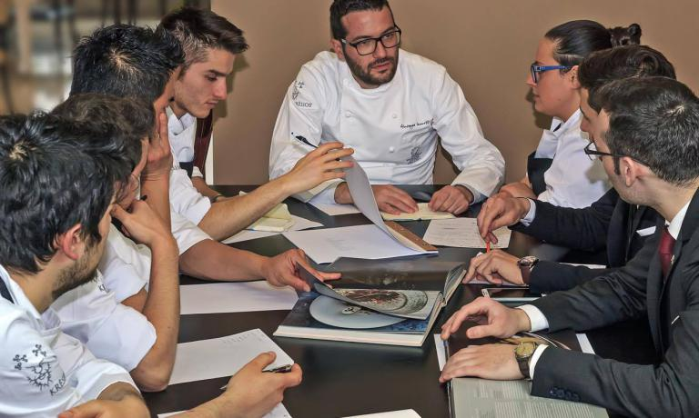 Giuseppe Iannotti in riunione con il suo staff di cucina e di sala