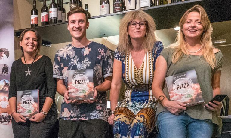 Stefano Vola con Luciana Squadrilli, Tania Mauri e Alessandra Farinelli, autrici de La Buona Pizza