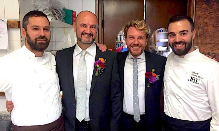 Renato RizzardieSergio Olivetti, al centro, tra i due chef che hanno preparato il loro pranzo di nozze,Alessandro Dal DegandeLa Tanadi Asiago eAlberto Bassodel3Quartidi Grancona
