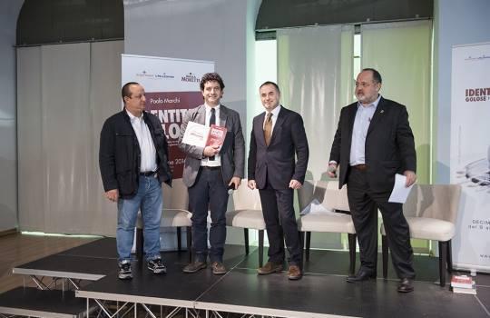 Valerio Capriotti, sul palco con Paolo Marchi e Ciccio Sultano, per ricevere il premio di Miglior Sommelier della Guida 2014 di Identità Golose