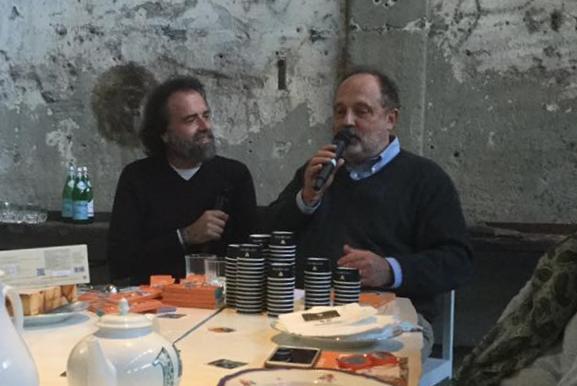 """Simone Bonini, a sinistra, e Paolo Marchi durante la presentazione de """"Il gelato a modo mio"""" svoltasi a Milano, lo scorso 18 ottobre, da Carlo e Camilla in segheria"""