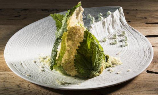 1492, un altro piatto del menu autunnale di Alice: amaranto risottato con crema di broccoli, cima di rapa saltata, chips di amaranto, cima fritta e fiori eduli