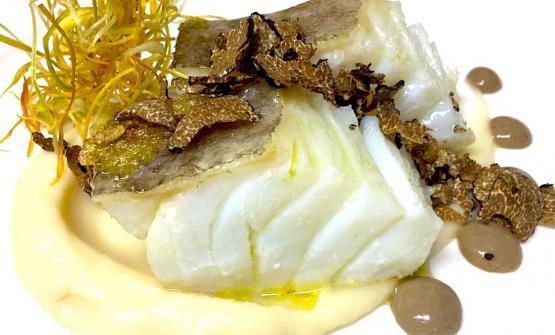 Baccalà dissalato su purea di cavolfiore, salsa alle acciughe e tartufo nero di Norciaè la ricetta 2017 di Simone Lugoboni, chef-patron dell'Oste Scuro a Verona
