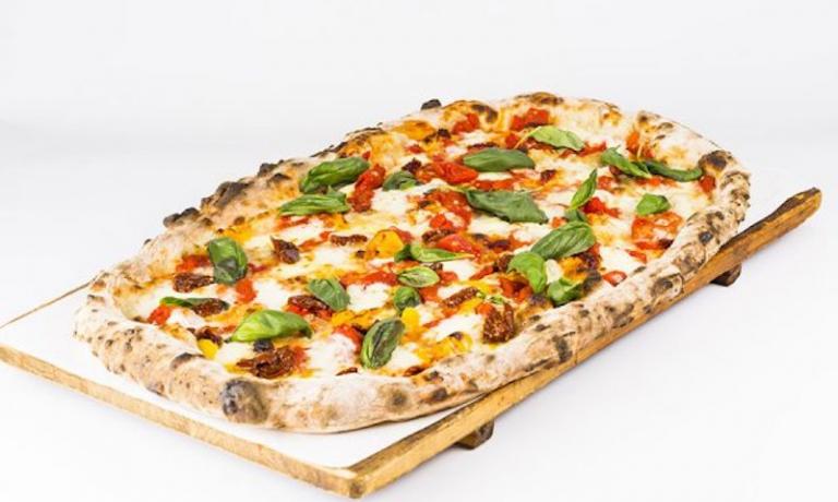 Una delle pizze diMezzometro, sedi a Senigallia e Jesi