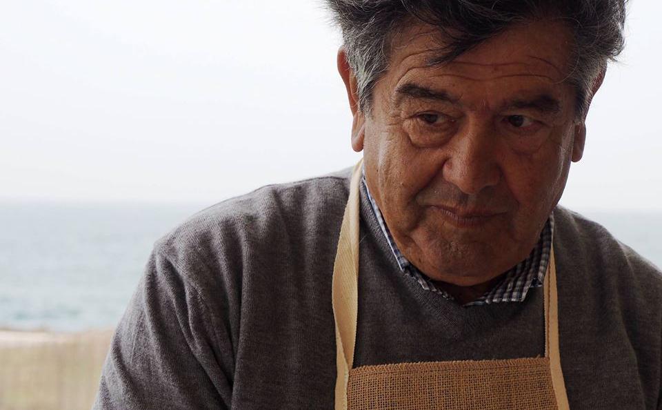 Onofrio Schingaro, papà dello chef Domenico di Borgo Egnazia: una grandeautorità in materia dimitili e frutti di mare. Dove trovarlo? Al mercatino diNdèrre a lalanze