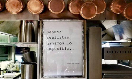 """""""Seamos realistas, hagamos lo imposible"""" (Siamo realisti, realizziamo l'impossibile), la citazione del Che, appesa sulla parete della cucina di Mirazur. (Cortesia di Luca Mattioli, sous chef)"""