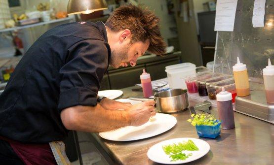 Mattia Baroni, bresciano del Garda, classe 1987. È chef alristoranteHaselburgdi Bolzano, al Castel Flavon