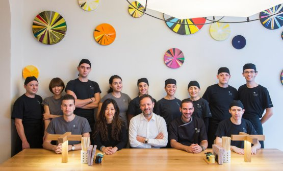 BrendanBecht(è quello con la barba, al centro) con lo staff diZazà Ramen. Alla sinistra di Becht è lo chef Raffaele Mandarino