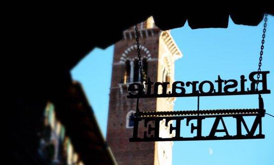 Il ristorante Maffei a Verona, con vista su piazza Erbe. Riapre proprio stasera, ma nel frattempo ha attivato un proprio delivery, con ottimi risultati