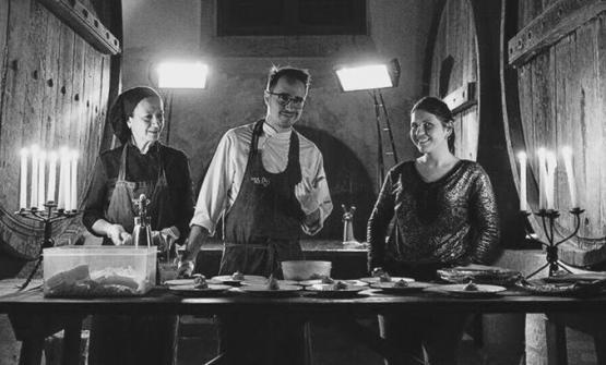 Al centro, Gianni Dezio, tra la madre Maria e la moglie Daniela Trabucco, regista della sala da Tosto
