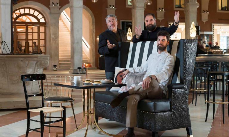 Massimiliano(seduto) eRaffaele Alajmo con, sulla sinistra, il celebre designer Philippe Starck: sono i tre protagonisti, con l'executive chef Silvio Giavedoni, di Amo, il nuovo ristorante targato Alajmo che ha aperto a Venezia. Il racconto di Sara Salmaso per Identità Golose