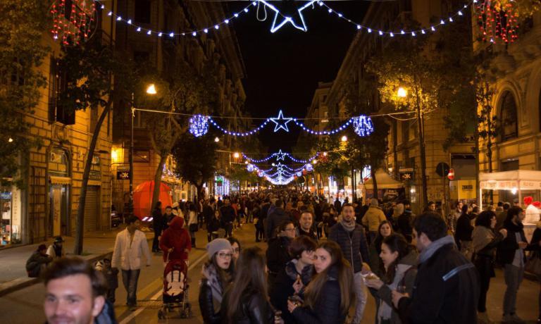 Via Roma, una delle direttrici centrali della vita commerciale e pubblica di Palermo, dal 15 al 18 dicembre ha ospitato la prima edizione dello Street Food Fest, con un buon successo di pubblico (principalmente locale)