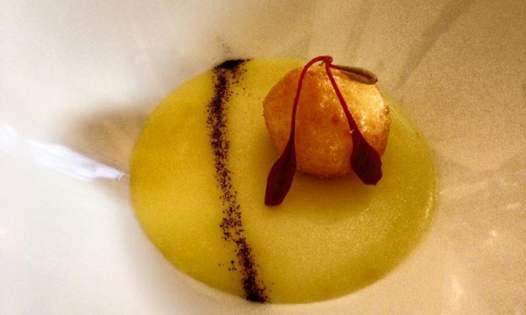 Polpetta di baccalà su crema di patate profumata al limone