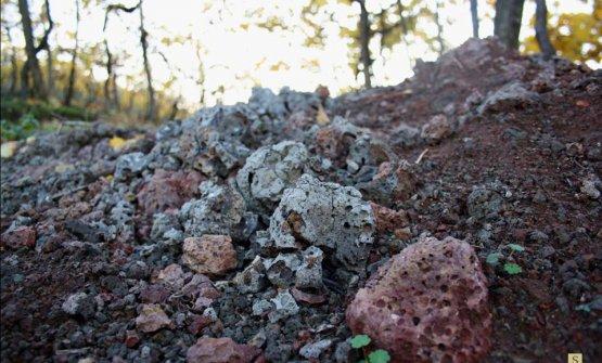 Le rocce vulcaniche nei terreni di Suavia, nel ver