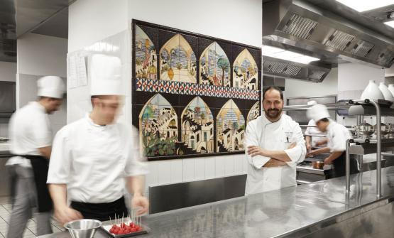 A destraMichele Deleo di Torre del Greco, dal 2013executive chef di Palazzo Avino a Ravello (Salerno). Punta di diamante dell'hotel di Ravello, il ristoranteRossellinis, una stella Michelin e una posizione scenografica con pochi eguali