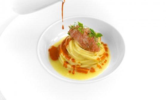 Spaghetti cotti in acqua di pomodoro, tartare di gambero di nassa ed il suo estratto