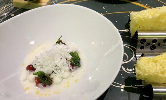 Il primo di 3 dessert: Caprese - quella che non ti aspetti: variazioni di pomodoro, granita e sfere di mozzarella di bufala, finta mollica di pane