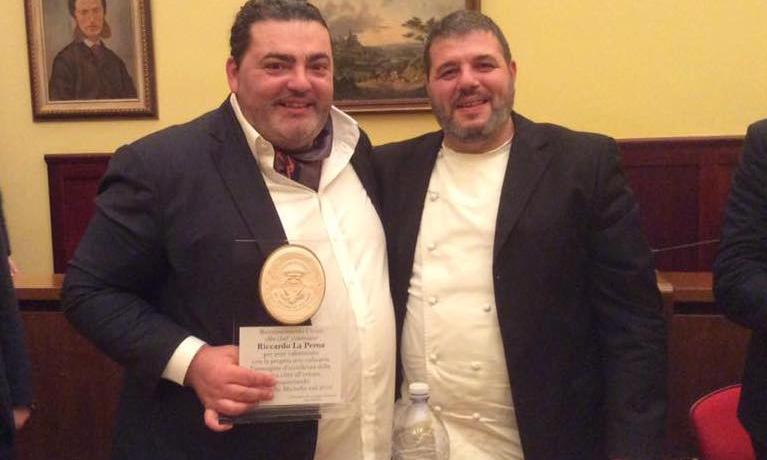 A sinistra, Riccardo La Perna, chef di Comiso (Rag