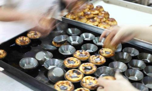 Stampini e�past�is de Bel�m, tartellette alla crema e simbolo della pasticceria lisboeta e portoghese. Hanno un diametro di 8 centimetri circa e i migliori si trovano nella Fabrica omonima, meta di pellegrinaggio dei golosi, +351.21.3637423 (foto del servizio�Artur Louren�o)