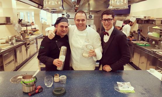 Paolo Caratossidis, a sinistra, con Bobo Cerea, al centro. Lo chef del ristoranteDa Vittorio è stato uno dei primi interpreti dell'alta cucina italiana a interessarsi agli esperimenti di ZeoCooking e alla cottura con le Zeoliti