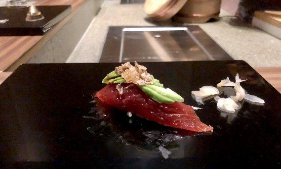 Abbiamo chiesto un sushi extra. Eccolo: tonno, avocado e tartufo bianco