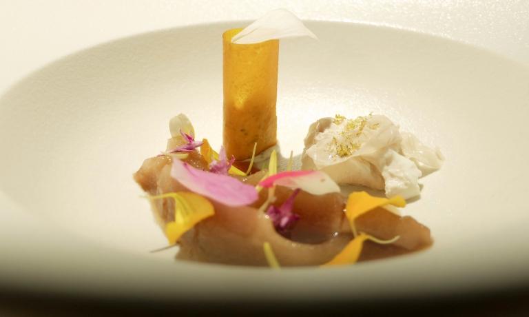 Pera essiccata, il suo liquido addensato al caramello, sorbetto di mandorle, cialda di sedano rapa, tartufo, sorbetto di pere all'aceto